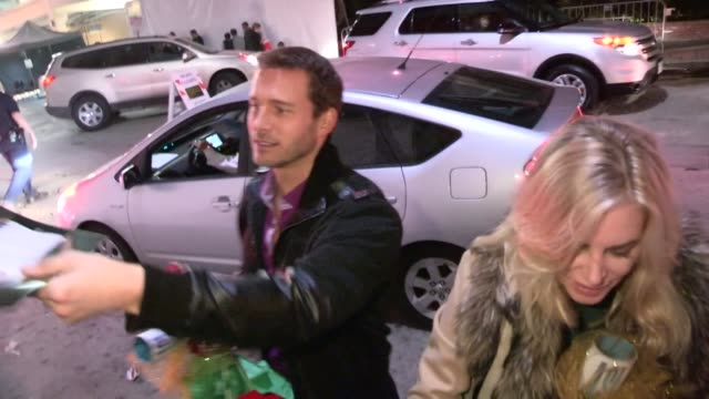 eileen davidson eric martsolf greets fans at the 2012 hollywood christmas parade in hollywood 11/25/12 - sfilata di natale di hollywood video stock e b–roll