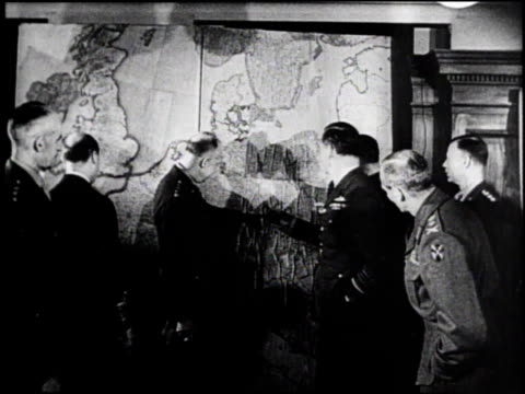 eisenhower standing at large map with group around him / eisenhower pointing to map - 将校点の映像素材/bロール