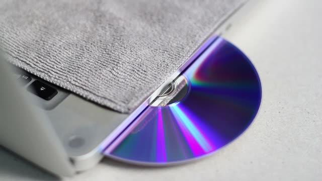 vídeos y material grabado en eventos de stock de depuradoras cd - disquetera de cd rom