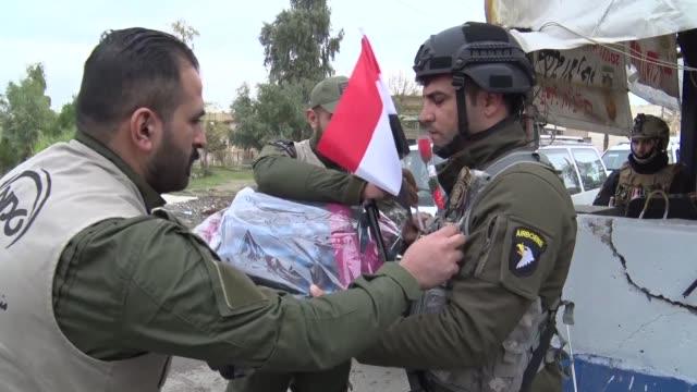 vídeos de stock, filmes e b-roll de el 9 de diciembre de 2017 el entonces primer ministro iraqui haider al abadi proclamo la victoria contra el ei mas de tres anos despues de una... - irak