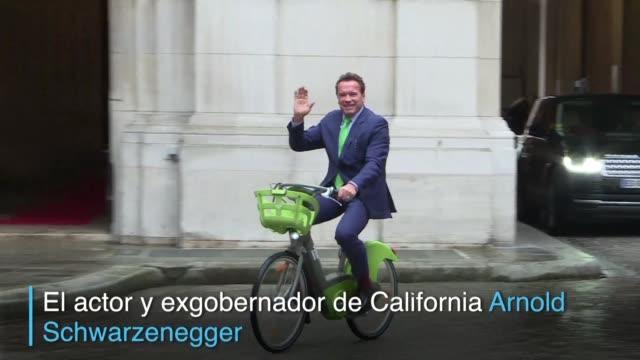 El actor y exgobernador de California Arnold Schwarzenegger llego el lunes sorpresivamente en bicicleta a una reunión con la alcaldesa de Paris