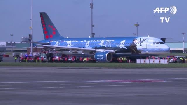 El aeropuerto internacional de Bruselas vivio con emocion el despegue el domingo del primer vuelo de pasajeros tras los atentados del 22 de marzo en...