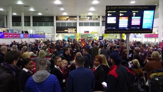 el aeropuerto londinense de gatwick uno de los mayores de europa fue cerrado el jueves debido a la presencia de drones de origen desconocido... - turismo vacaciones stock videos and b-roll footage
