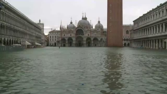 el alcalde de venecia ordeno el viernes el cierre de la plaza de san marcos debido a una nueva inundacion causada por la marea alta - condition stock videos & royalty-free footage