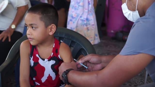 el archipielago de samoa estaba completamente paralizado el viernes por segundo dia consecutivo para una campana sin precedentes de vacunacion de dos... - samoa stock videos & royalty-free footage