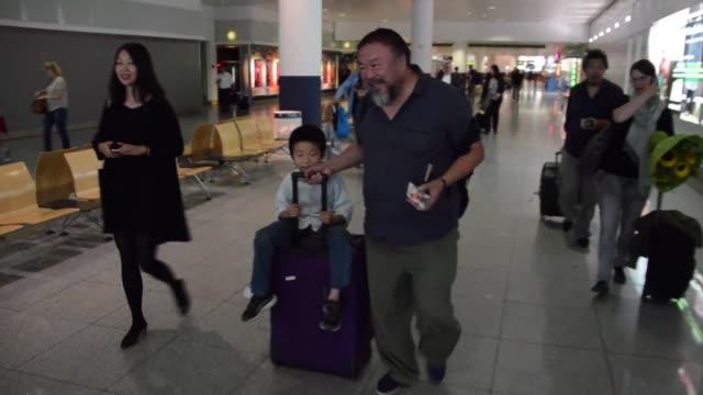 El artista disidente chino Ai Weiwei llega a Alemania en su primer viaje al extranjero desde que fue arrestado hace casi cuatro anos por las...