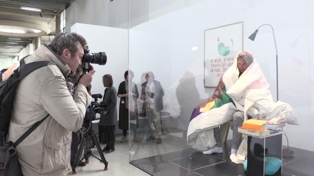 El artista frances Abraham Poincheval que permanecio encerrado en una piedra por ocho dias ahora incuba en el Palacio de Tokio en Paris una decena de...