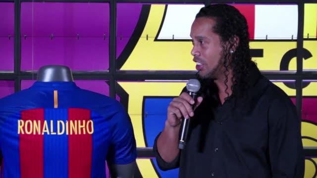 El astro brasileno del futbol Ronaldinho Gaucho se ha despedido oficialmente de las canchas segun confirmaron sus antiguos clubes FC Barcelona y AC...