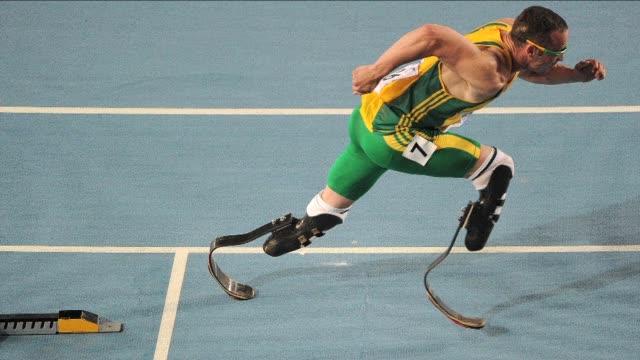 stockvideo's en b-roll-footage met el atleta paraolimpico sudafricano oscar pistorius fue arrestado el jueves por el asesinato de su novia en su residencia en pretoria a quien habria... - padre