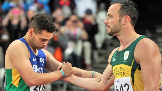 El atleta sudafricano Oscar Pistorius que perdio su titulo de 200 metros en los Juegos Paralimpicos al ser superado por el brasileno Alan Fonteles...