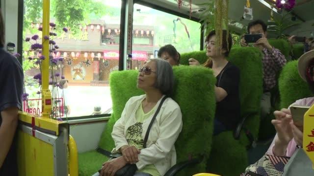 stockvideo's en b-roll-footage met el autobus del bosque en taipei la capital de taiwan ofrece un paseo en contacto con la naturaleza para los abrumados usuarios del transporte publico - transporte