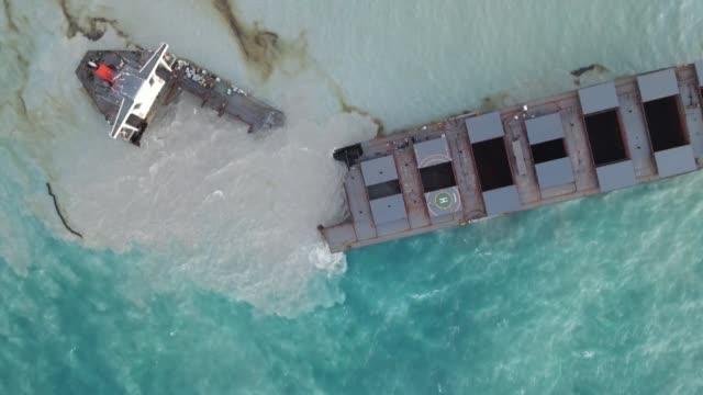 el barco petrolero encallado en un arrecife en la isla mauricio se partió en dos - reef stock videos & royalty-free footage