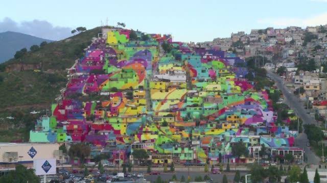 vídeos y material grabado en eventos de stock de el barrio palmitas en la ciudad mexicana de pachuca ha dejado de lado la violencia entre pandillas para dar paso a un entorno mas apacible gracias a... - de lado a lado