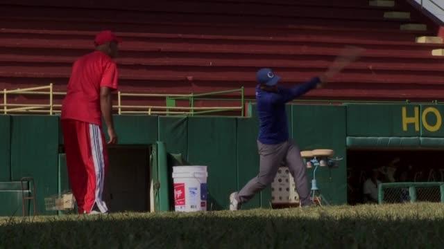vídeos y material grabado en eventos de stock de el beisbol cubano se alista para un amistoso mas importante para la politica que el deporte cuando cuba y estados unidos se vean las caras en un... - ee.uu