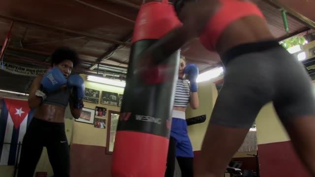 el boxeo es el deporte que más exitos le ha dado a cuba pero ironicamente las mujeres aun no pueden competir oficialmente - subir stock videos and b-roll footage