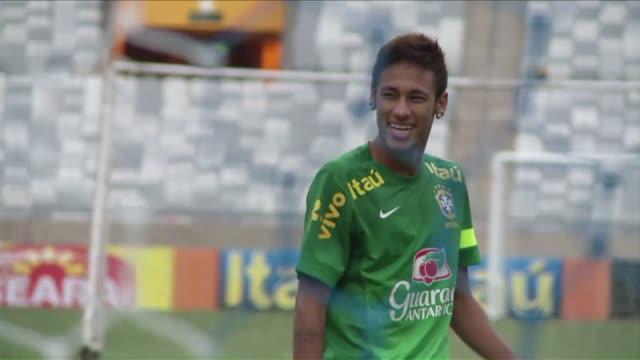 el brasileno neymar estudia las ofertas del fc barcelona y del real madrid despues de que el santos decidiera el viernes de noche venderlo antes del... - neymar da silva stock videos & royalty-free footage