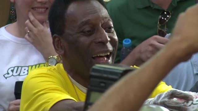 El brasileno Pele leyenda del futbol mundial predijo el sabado una victoria de Alemania sobre Argentina en la final de la Copa del Mundo