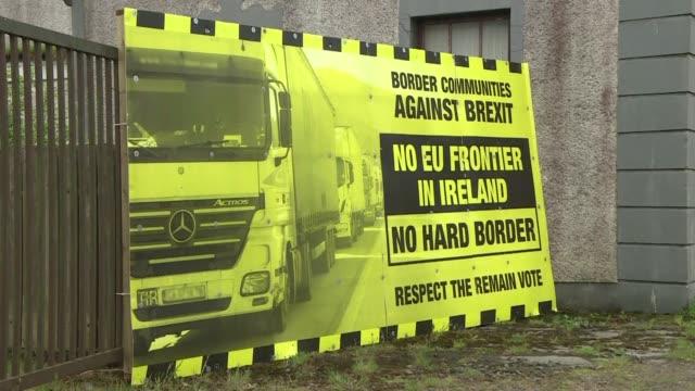 el brexit genera incertidumbre en irlandeses del sur y del norte que temen el regreso de la frontera física a casi veinte anos del fin del conflicto... - física stock videos & royalty-free footage