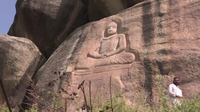 el buda de swat esculpido en un acantilado en el siglo vii quedo desfigurado por dinamita en 2007 fue restaurado y se convirtio en un simbolo de... - arqueologia stock videos & royalty-free footage