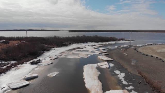 el calentamiento global afecta a los indigenas de alaska a quienes subsistir les es cada vez mas dificil - desafio stock videos and b-roll footage