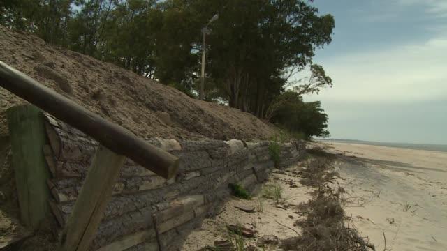 el cambio climatico ya llego a kiyu un pequeno balneario en el suroeste de uruguay donde autoridades y vecinos se embarcaron en la tarea de recuperar... - minas stock videos and b-roll footage