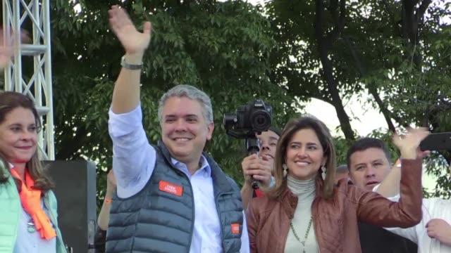 vídeos de stock, filmes e b-roll de el candidato de derecha ivan duque abanderado por el expresidente alvaro uribe lidera los sondeos a una semana de las elecciones presidenciales en... - semana