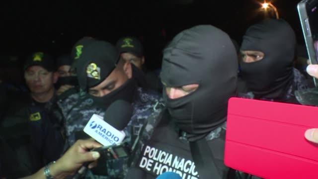El candidato opositor a la presidencia de Honduras Salvador Nasralla acudio el lunes al cuartel de los Cobras el escuadron especial antimotines que...