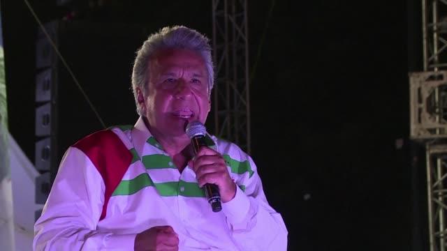 vídeos de stock, filmes e b-roll de el candidato presidencial de ecuador lenin moreno hizo sus promesas finales durante su uiltimo mitin de campana rumbo a las elecciones del domingo... - fundador