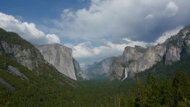 vídeos de stock, filmes e b-roll de t/l ws el capitan, bridalveil fall, half dome, in yosemite national park, california - condado de mariposa