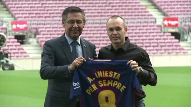 El capitan del Barcelona Andres Iniesta renonvo de por vida con el club azulgrana anuncio este viernes el Barça