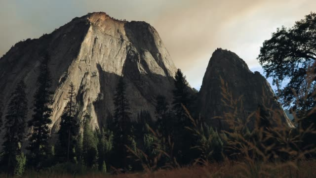el capitan im yosemite-nationalpark, kalifornien - yosemite nationalpark stock-videos und b-roll-filmmaterial