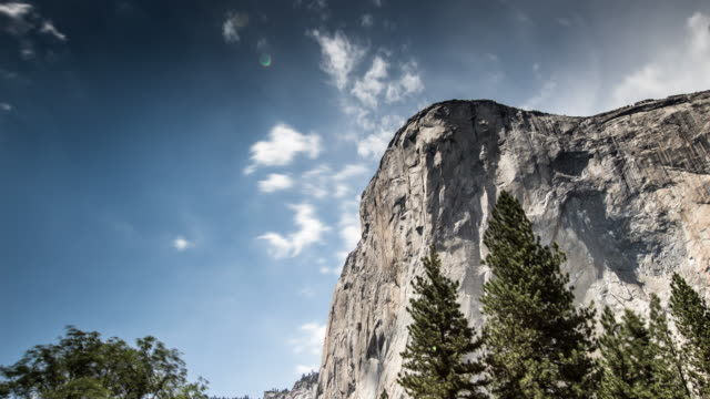 el capitan looming over yosemite - time lapse - inquadratura estrema dal basso video stock e b–roll