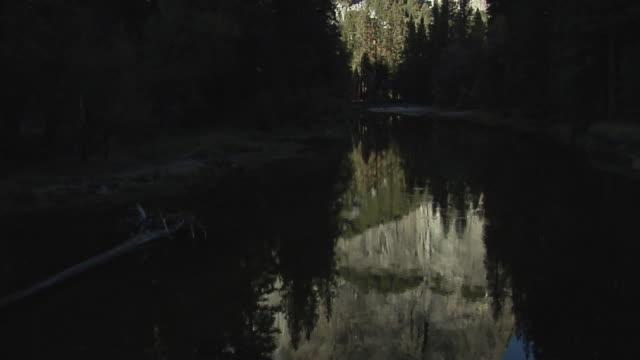 vidéos et rushes de ws tu el capitan reflected in calm river, yosemite national park, california, usa - rivière merced