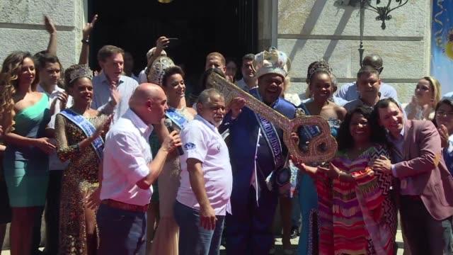 El Carnaval de Rio de Janeiro arranco oficialmente el viernes incluso con la bendicion de su alcalde evangelico Marcelo Crivella acusado de haber...
