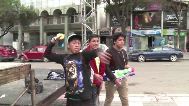 el carnaval en bolivia no se caracteriza solo por el derroche de alegria sino tambien por otros excesos como los juegos con agua que ha llevado a... - agua stock videos & royalty-free footage