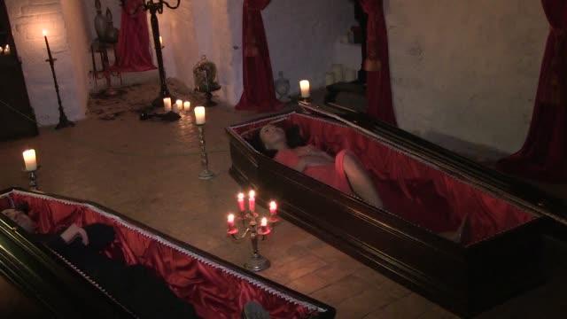 stockvideo's en b-roll-footage met el castillo de dracula en transilvania recibio a sus primeros huespedes en casi ocho decadas - graaf dracula