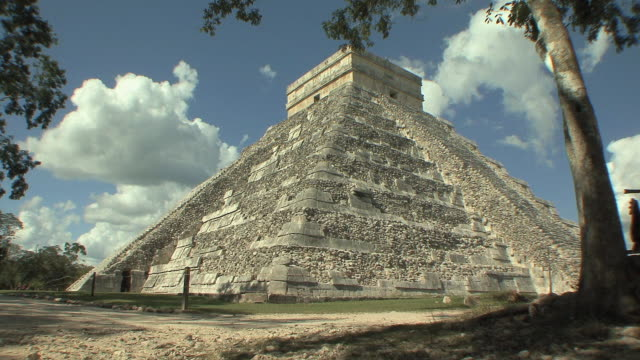 ws el castillo, mesoamerican step-pyramid served as temple to god kukulkan at pre-columbian archaeological site built by maya civilization / chichen itza, yucatan, mexico - pre columbian stock videos & royalty-free footage