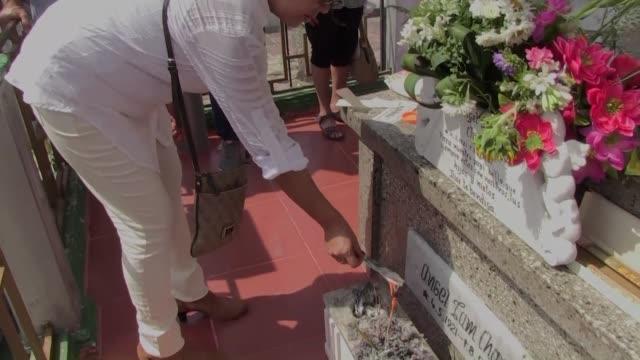 el cementerio chino de la habana se llena de residentes y descendientes que honran a sus antepasados en el tradicional festival de ching ming en el... - festival tradicional stock videos & royalty-free footage