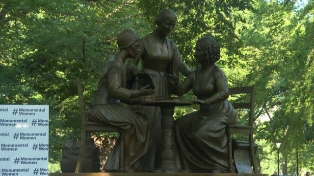 el central park inauguró el miércoles la primera estatua que rinde homenaje a mujeres verdaderas tres pioneras en la lucha por los derechos de la... - escultura stock videos & royalty-free footage