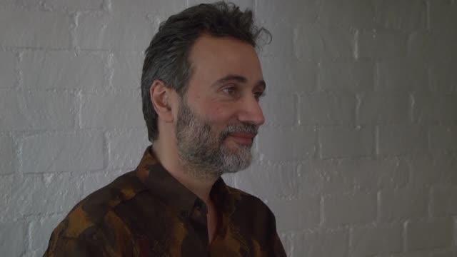 el cineasta talal derki expuso de manera inquietante la vida de los yihadistas en siria en el filme of fathers and sons que retrata la vida de una... - padre stock videos & royalty-free footage