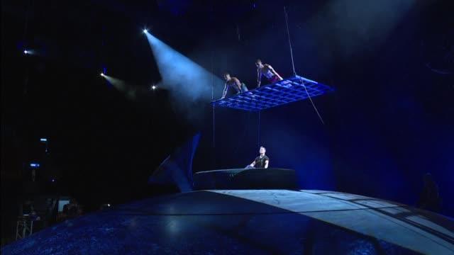 vídeos de stock e filmes b-roll de el cirque du soleil estreno en mexico sep7imo dia no descansare una apuesta escenica basada en la historia y musica de la iconica banda de rock... - cirque du soleil