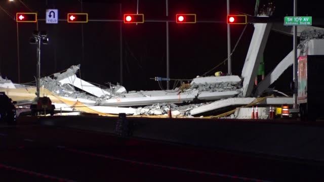 stockvideo's en b-roll-footage met el colapso de un puente peatonal sobre una avenida de miami dejo al menos seis muertos informo el viernes la policia - puente