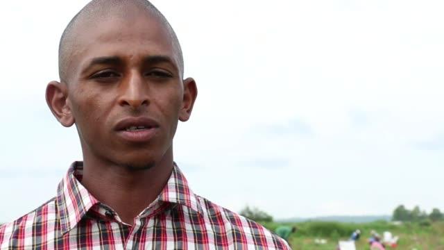 stockvideo's en b-roll-footage met el comercio de patatas en guinea especialmente en el area agricola de futa djallon sufre los estragos de la epidemia de ebola que ha obligado al... - agricultura