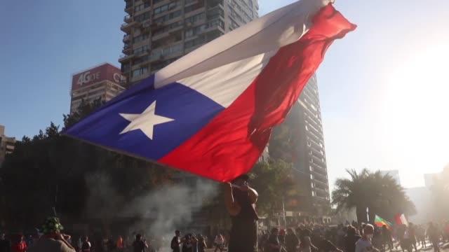 el congreso chileno alcanzo un acuerdo historico el viernes para convocar en abril un plebiscito para reemplazar la constitucion heredada de la... - congreso stock videos and b-roll footage