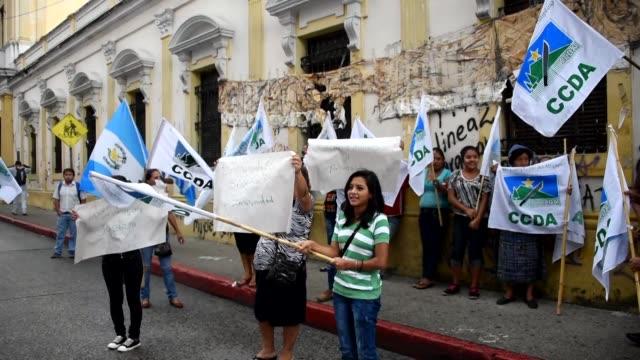 el congreso de guatemala voto el lunes a favor de mantener los fueros al presidente jimmy morales con lo que evito una investigacion penal en su... - congreso stock videos and b-roll footage