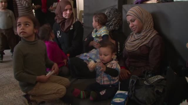 el consejo de seguridad de la onu pidio este lunes ayuda humanitaria para proteger a los civiles del campamento de refugiados yarmuk en siria donde... - al qaida stock videos & royalty-free footage