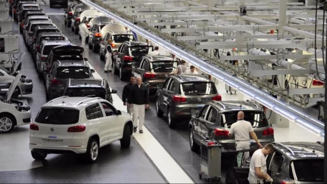 el constructor aleman volkswagen llego a un principio de acuerdo en estados unidos para evitar un juicio por unos 480000 autos diesel dotados de... - wolfsburg lower saxony stock videos and b-roll footage