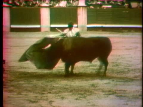 vídeos y material grabado en eventos de stock de el cordobes fights a bull in a spanish arena. - sport