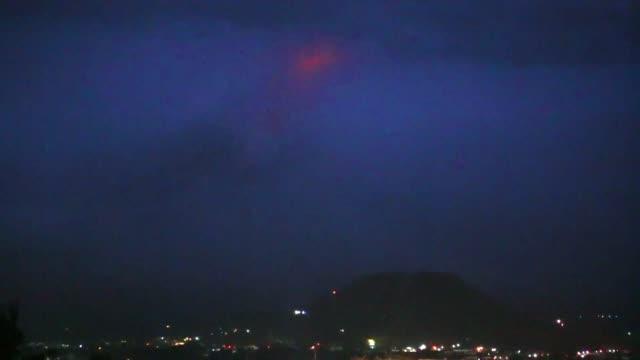 El crater del monte Mayon uno de los volcanes mas activos de Filipinas enrojecia el lunes alertando sobre el peligro de una erupcion inminente miles...