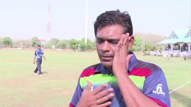 el cricket afgano disfruta sus victorias y aunque a menudo tienen que entrenar en el extranjero estan llenos de confianza de cara a su estreno en la... - entrenar stock videos and b-roll footage